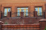 Кованый балкон кирпичного дома
