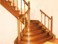 Лестница из дерева с поворотом на 90 градусов