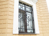 Решетка кованая на окне дома