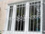 Окрашенная кованая решетка на окне