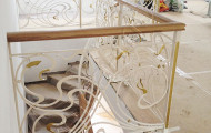 Кованое ограждение лестницы в доме, выход на этаж