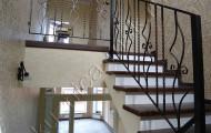 Кованые перила на лестнице внутри дома