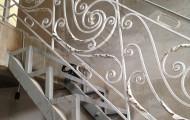 Перила кованые на металлической лестнице
