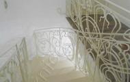Поворотные перила на лестницу, окрашены в белый цвет