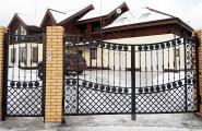 Кованые ворота и калитка в частном доме