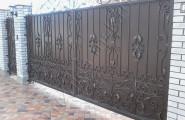 Ворота кованые с калиткой на кирпичных столбах