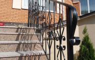 Кованые перила на гранитных ступенях