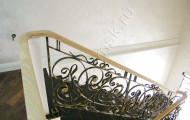 Перила кованые на лестнице на второй этаж