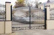 Кованые ворота с кирпичными столбамм