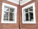 Решетки кованые на окнах дома