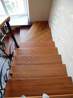 Кованая лестница с деревянными ступенями