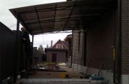 Навес во дворе дома металлический