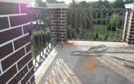 Ограждение балкона кованое на втором этаже загородного дома