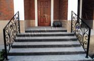 Кованое ограждение лестницы у входа