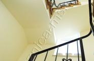 Кованое ограждение лестницы внутри дома