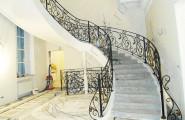 Кованые перила повторяют форму лестницы