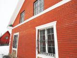 Кованые решетки на окнах дома