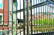Черные кованые ворота с патиной под золото
