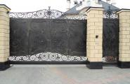 Кованые ворота в столбах из кирпича