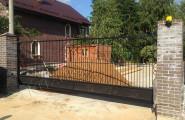 Ворота кованые на кирпичных столбах