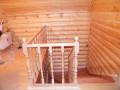Лестница из дерева с деревянными перилами