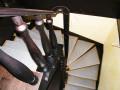 Лестница с перилами из дерева