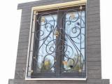 Решетка кованая, окно дома