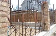 Забор ковка, каменные столбы