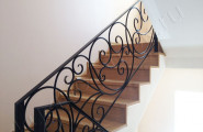 Кованое ограждение лестницы на второй этаж