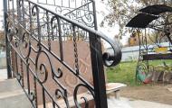 Кованые перила на бетонной лестнице на улице