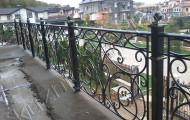 Кованые перила на террасе частного дома