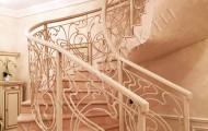 Белое радиусное ограждение лестницы