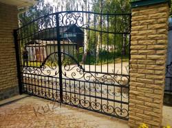 Черные распашные кованые ворота с пиками № В-199
