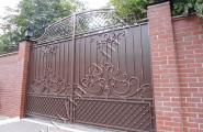Ворота распашные с патиной на кирпичных столбах с фонариками № В-209