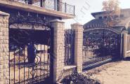 Кованые ворота и калитка в каменных столбах