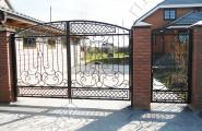 Кованые ворота с калиткой, частный дом, кирпичные столбы