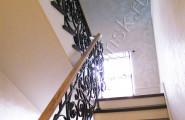 Перила кованые в доме - лестница на этаж