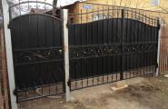 Фото монтажа черных кованых ворот с патиной № В-207