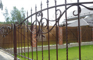Кованый забор на частной территории