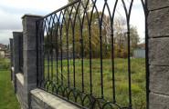 Кованый забор на каменных столбах