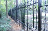 Забор кованый вокруг частного дома с территорией