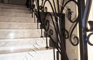 Перила кованые на мраморной лестнице
