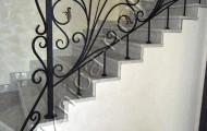 Кованые перила лестницы в доме