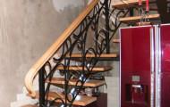 Лестница с перилами и деревянным поручнем