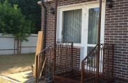 Козырек кованый над входом в кирпичный загородный дом