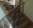 Кованые перила на деревянной лестнице