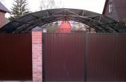 Навес из металла во дворе дома у ворот