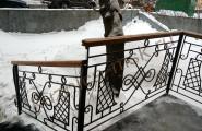 Кованое лестничное ограждение с деревянными поручнями