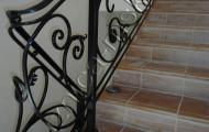 Поворот кованых перил на лестнице внутри дома