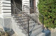 Кованое ограждение лестницы входа в загородный дом